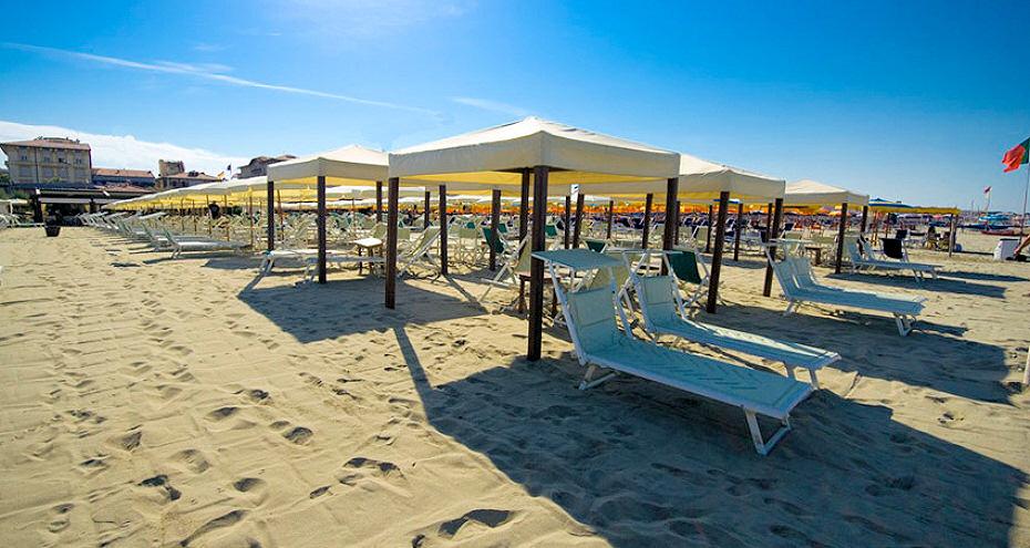 Albergo lis di viareggio con spiaggia convenzionata prezzi scontati per ombrellone e sdraio - Bagno genova viareggio prezzi ...